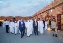 صورة الوفد الدبلوماسي يجرب التراث العربي في مهرجان سوق عكاظ السعودي