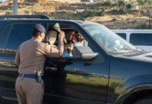 Photo of ضباط المرور يستقبلون الطلاب السعوديين بالهدايا