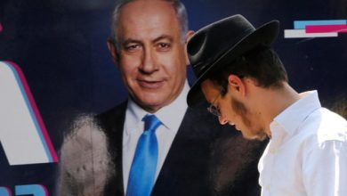 رئيس الوزراء الإسرائيلي المحاصر يناضل من أجل البقاء في الانتخابات