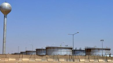 ارتفاع النفط وتراجع العقود الآجلة للأسهم بعد الهجوم على منشأة سعودية