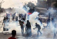 Photo of قتيلان و 200 جريح أثناء استخدام الشرطة النار الحي لتفريق المحتجين في بغداد