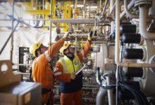 النفط يرتفع وسط آمال بتخفيضات أكبر في إنتاج أوبك والمحادثات التجارية بين الولايات المتحدة والصين