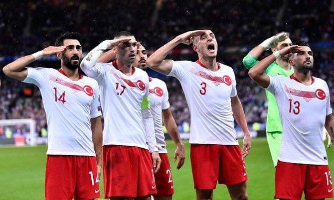 تركيا تدافع عن لاعبي كرة القدم الذين يحيون الجنود
