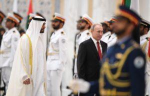 ولي عهد أبو ظبي الشيخ محمد بن زايد مع الرئيس الروسي فلاديمير بوتين خلال وصوله تكريم. (ا ف ب)