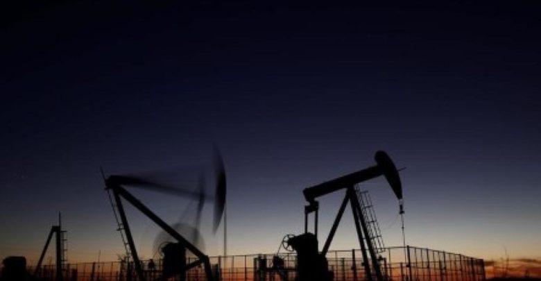 تراجع النفط مع ارتفاع الأسهم الأمريكية، لكن الآمال في صفقة التجارة بين الولايات المتحدة والصين توقف الخسائر