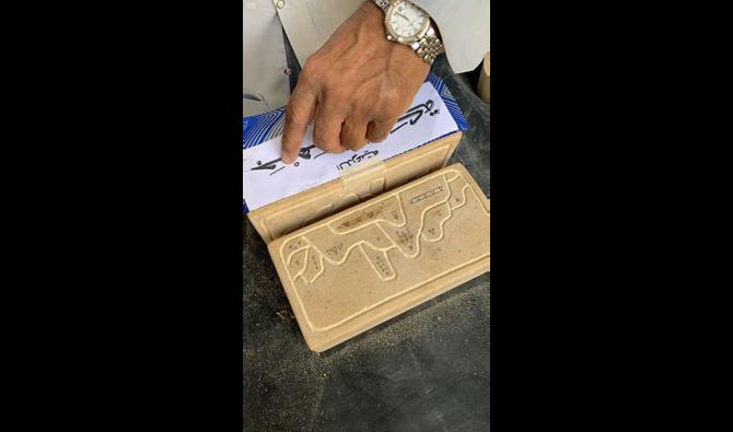 نحات سعودي نحت حجر الأساس التاريخي