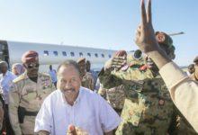 رئيس وزراء السودان يتحدث عن السلام في أول رحلة إلى دارفور
