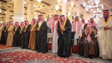 الملك سلمان يؤدى الصلاة على الأمير متعب بن عبد العزيز