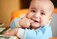صورة حديث الطفل: علامات وأعراض التسنين وكيفية التعامل معه
