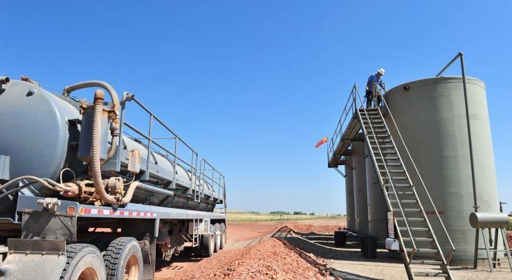 تراجعت أسعار النفط بسبب الزيادة المفاجئة في مخزونات الخام الأمريكية