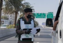 صورة الشرطة السعودية تلقي القبض على رجل انتهك حظر التجول بعد نشر فيديو حلاقة