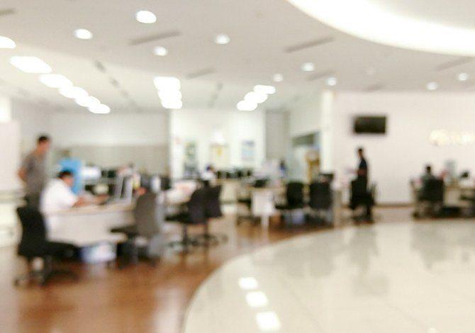 أعطى أصحاب العمل السعوديون الضوء الأخضر لخفض الأجور وعدد ساعات العمل
