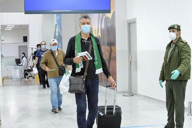 السعوديون يهبطون في جدة على متن رحلات العودة من الخرطوم ، تونس